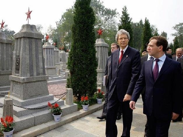 Сергей Разов, посол России в Италии (слева)