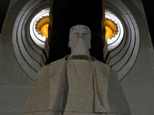 На памятнике Курчатову в Челябинске восстановили подсветку