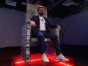 Миллиардер Игорь Рыбаков предлагает посидеть на миллионе долларов. Один час — 50 тыс. руб.