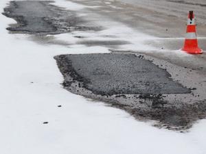 На дорогах Челябинска в ближайшие дни стартует массовый ямочный ремонт