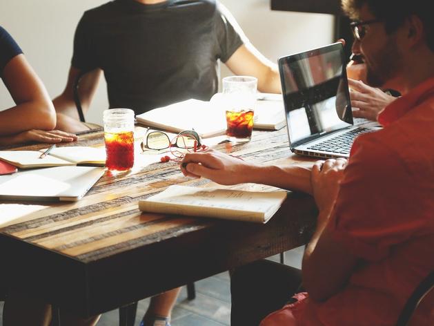 Вы подружитесь и с брюзгой, и с занудой. Как наладить отношения с коллегами: 10 шагов