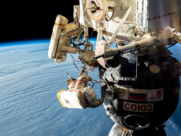 Сергей Прокопьев и Олег Кононенко во время работы в открытом космосе