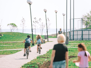«Не придется маневрировать между автомобилями»: на набережной Смолино появится велодорожка