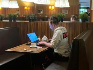 «Сидеть в кафе полдня с чашкой кофе — жлобство». Мешают ли фрилансеры рестораторам?