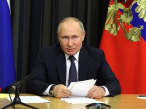Путин против обязательной вакцинации от ковида. Но предупредил о смертельной опасности