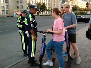 Электросамокаты в Челябинске начали массово увозить с тротуаров на штрафстоянку