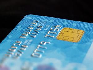 Больше половины южноуральцев получают зарплату на карты Сбербанка