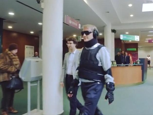 Председатель Сбербанка Герман Греф в костюме, имитирующем движения инвалида