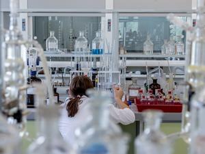 ВТБ: оборот медлабораторий Новосибирской области вырос на две трети за неделю