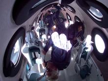 Virgin Galactic cовершила первый туристический полет в космос