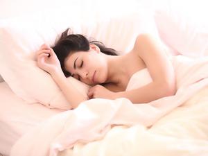 Этим стоит заняться в постели. Для чего сомнологи советуют использовать спальню