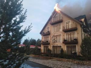 На озере Увильды от удара молнии загорелся отель депутата Заксобрания