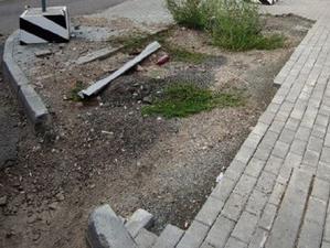 «Падал прошлогодний бордюр»: территорию у МФЦ обещают восстановить по гарантии, но не всю