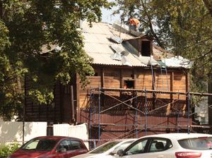 Не снос, а перенос. В центре Нижнего Новгорода начали демонтировать старые деревянные дома