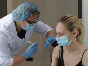 «Метод пряника» и увольнения: как проходит прививочная кампания от COVID-19