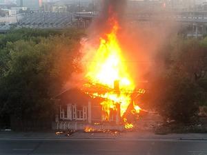 На будущей стройплощадке небоскреба Лакницкого сгорел второй за неделю деревянный дом