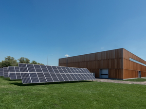 «Солнечную» зарядку для электрокаров установил новосибирский застройщик в Краснообске