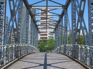 Стало известно, когда достроят пешеходный мост к ледовой арене