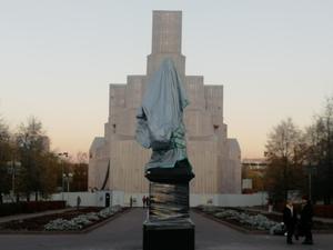 Царь в мешке: на Алом поле появился памятник, который приедет открывать потомок Романовых